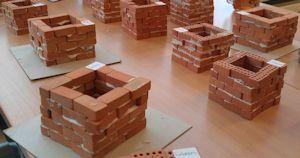 Bouwen met mini baksteentjes  Thema oorspronkelijk uitgewerkt door Elien Pintens