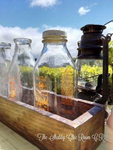 cajas madera y botellas de leche antiguas