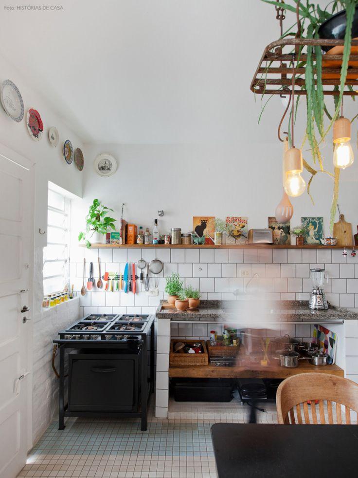 Azulejos brancos com rejunte cinza  provam que até mesmo um revestimento simples pode transformar a sua cozinha.