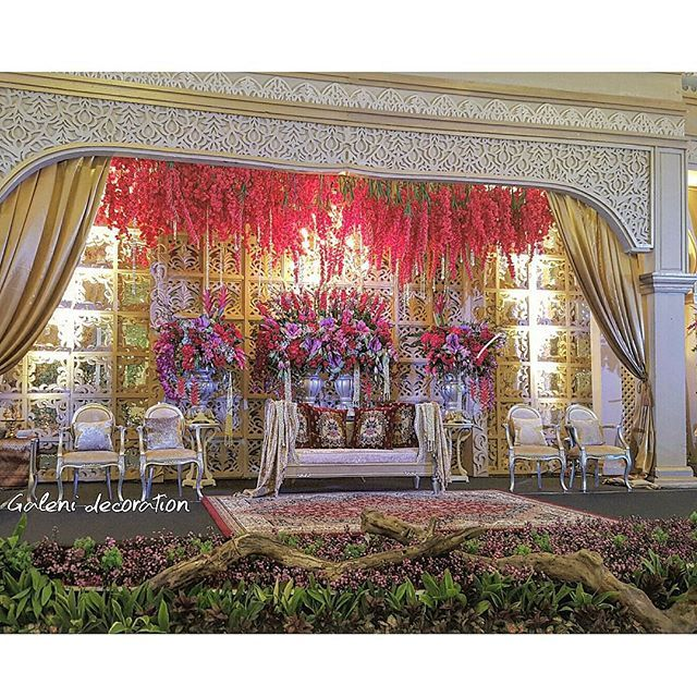 Wedding stage ❤ With @wildan_setiawan #galenidecor #weddingstage #indonesianwedding #dekorasiadatmelayu #indonesianwedding #pelaminan #bandungconventioncentre