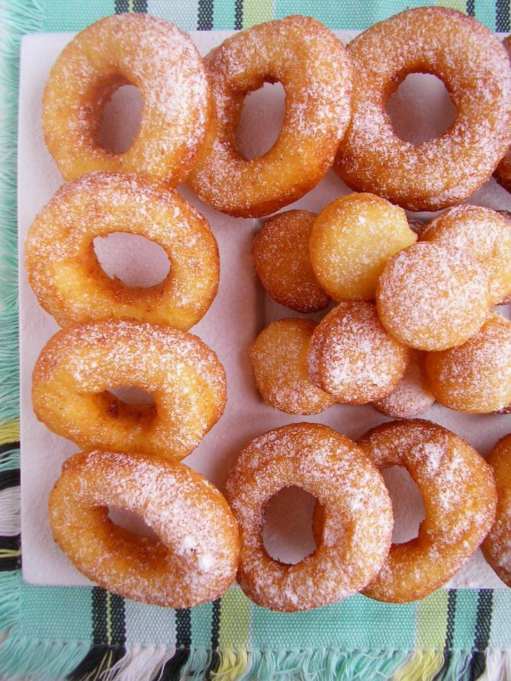 Oponki serowe to pyszna  przekąska na  Tłusty Czwartek, choć i bez tej okazji warto je przygotować. Są miękkie, nie za słodkie i bardzo smac...