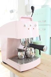 Pink Espressoapparaat en een Mint Smeg koelkast..! #smaakmakers #residence.nl