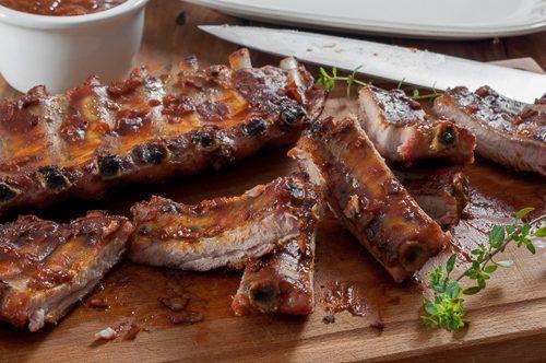 Печени свински ребра и доматен барбекю сос с пушен пипер