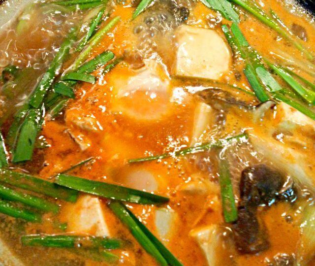 白菜、玉ねぎ、霜降りひらたけ、長ネギ、ニラ、豆腐、あさり、豚バラ、卵 キムチチゲのスープは叙々苑のストレートタイプを使いました。半熟卵見えるかな? この後主人は海鮮太巻きも食べているのに、雑炊を作って食べました! 食べ過ぎ>_< - 90件のもぐもぐ - キムチチゲ by kzsyk