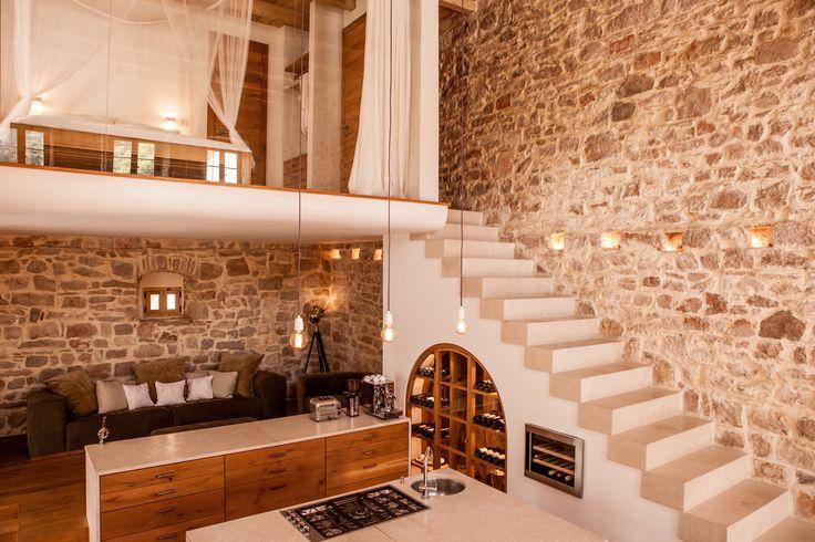 Altes Steinhaus, modern, Designküche, offene Treppe zur Galerie, Altes Steinhaus am Meer puristisch  modern lebens-raeume.com…