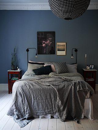 Blågrå väggar, sängkläder i linne