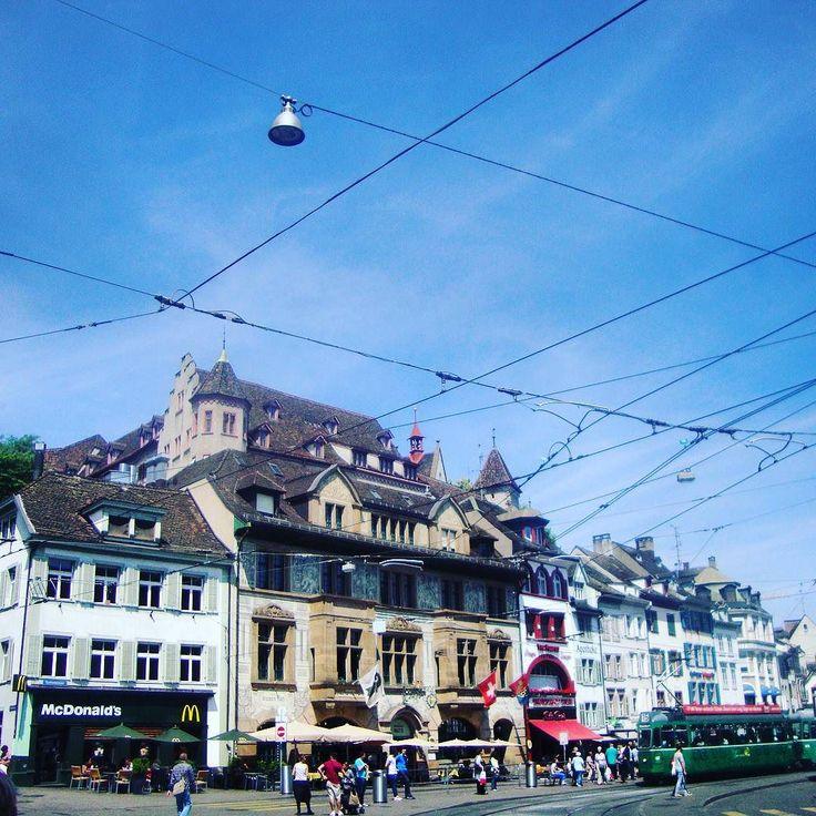 Basel a capital da Suíça é moderna tem McDonalds. Mas também preserva a arquitetura o bonde e os calçadões exclusivos para pedestres. #abussolaquebrada #suica #viagem #unidosporai #viajar #unitedaround #travel #basel #traveler
