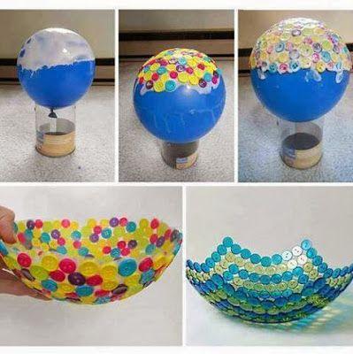 Appoggiate il palloncino gonfiato sul fondo di una bottiglia di plastica tagliata.Applicate sulla superficie del palloncino la colla vinilica,  A questo punto procedete con l'applicazione dei bottoni, seguendo il vostro gusto in fatto di colori e dimensioni. Alla fine di questo passaggio applicate ancora una generosa mano di colla in modo da ricoprire bene tutti i bottoni. Fate asciugare bene la colla e poi, con uno spillo, forate il palloncino. Ecco pronto il vostro cestino!