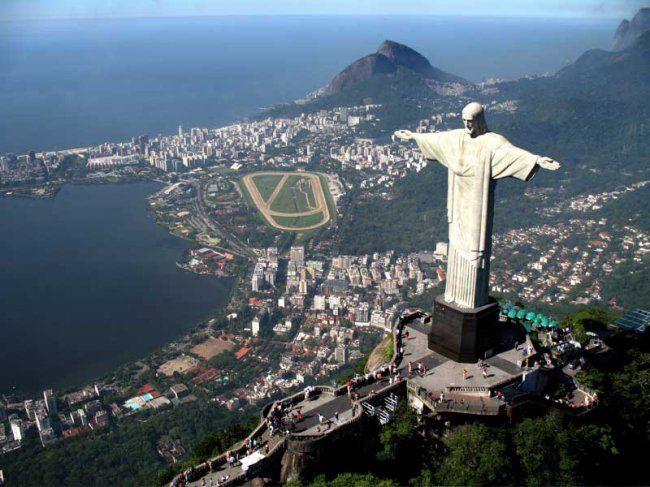 Ста́туя Христа-ИскупителяЗнаменитая статуя Иисуса Христа с распростёртыми руками на вершине горы Корковаду в Рио-де-Жанейро. Является символом Рио-де-Жанейро и Бразилии в целом. Избрана одним из Новых семи чудес света.