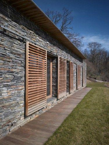 maison familialle avec contour de mur de maison en #lames de bois de terrasses in Všeradice / studio pha