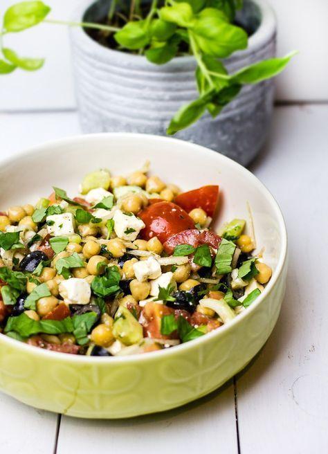 Sałatka z cieciorką, pomidorami i fetą, smaczna i pożywna sałatka z cieciorką, pomidorami, fetą i oliwkami. W sam raz na lunch, kolację lub drugie śniadanie
