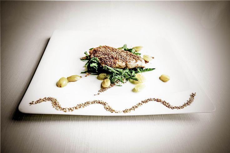 Trancio di dentice in crosta di sesamo con insalatina d'uva e rughetta selvatica Chef Alceo Morini