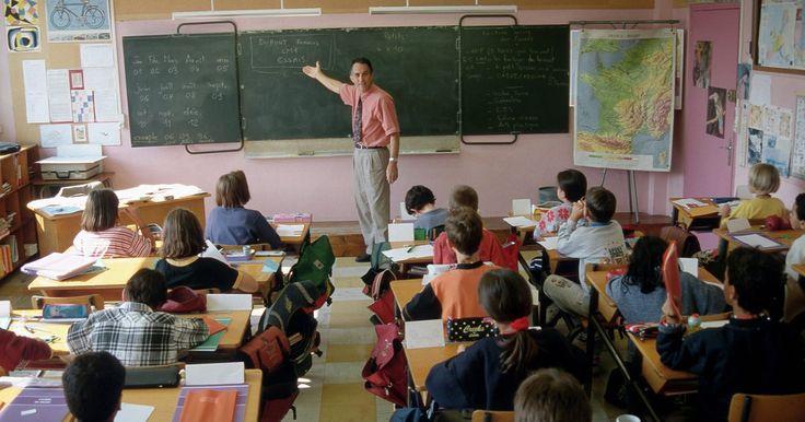 Procedimentos de organização de uma sala de aula. Ao lidar com crianças do ensino fundamental ou do ensino médio, a manutenção de uma sala de aula organizada é importante. Sem organização adequada, é difícil manter o controle da sala e isso pode prejudicar o processo educacional. Implementar quatro procedimentos fundamentais de organização tornará possível para a maioria dos professores manter as ...