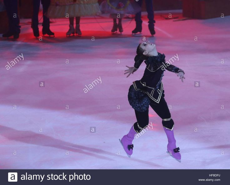 Download this stock image: Moscow, Russia. 28th Dec, 2016. Figure skater Adelina Sotnikova in a scene from The Nutcracker and the Mouse King ice show staged by Ilya Averbukh at the VTB Ice Palace. The show is based on a story by E. T. A. Hoffmann. © Vyacheslav Prokofyev