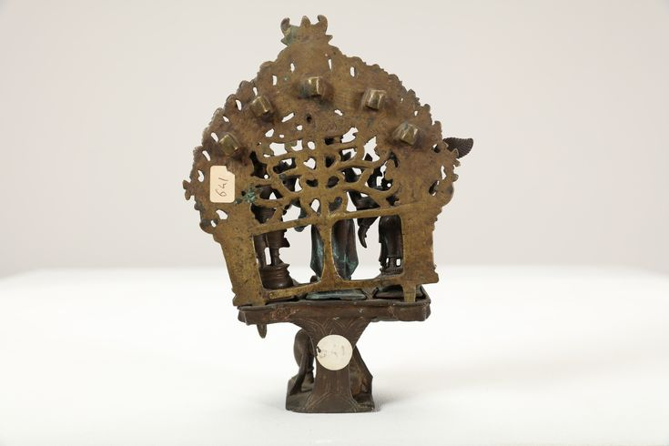 Lot 408 - Arte Indiana. A bronze altar devoted to Lord Vishnu Southern India, Tamil Nadu, 17th century . Cm