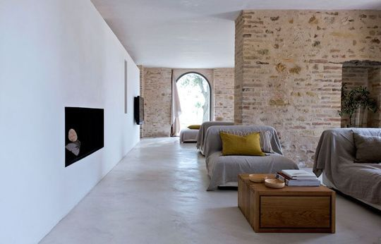 Le salon rénové d'une ancienne ferme agricole Photo : Nicolas Mathéus http://www.cotemaison.fr/insolite/diaporama/renovation-d-une-ferme-l-exemple-magique-d-une-maison-italienne_16438.html