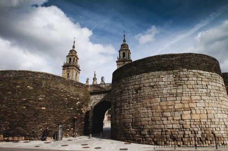 La muralla de Lugo.  Contruida a finales del siglo II, la muralla de Lugo tenía como objetivo defender la ciudad romana de Lucus Augusti, fundada por Paulo Fabio Máximo en nombre del emperador Augusto en el año 13 antes de Cristo. La particularidad del monumento es que se ha conservado intacto y en su totalidad.