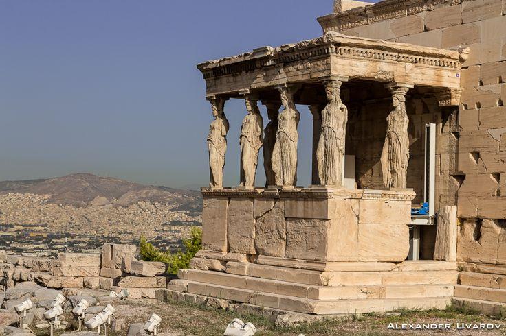 Знаменитый портик кариатид - такой же символ Афин, как и Парфенон