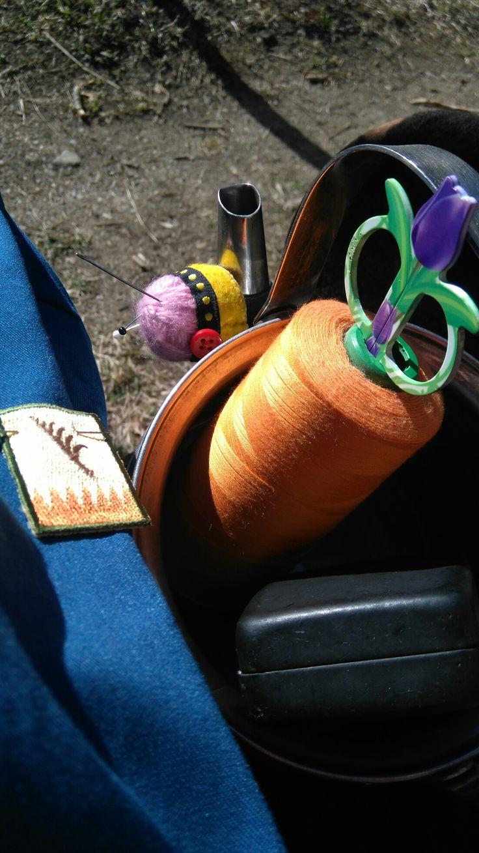 Ihana aurinko, ompelutöitä ulkona. Sewing at outdoors.