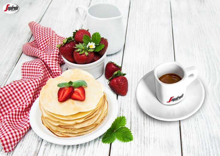 O poranku rozpieszczamy nasze podniebienia! Intensywne espresso równoważy słodycz świeżych truskawek i naleśników. #segafredo #segafredozanetti #segafredozanettipoland #espresso #kawa #coffee #naleśniki #pancakes #truskawki #strawberries #śniadanie #breakfast #morning #goodmorning #coffeetime