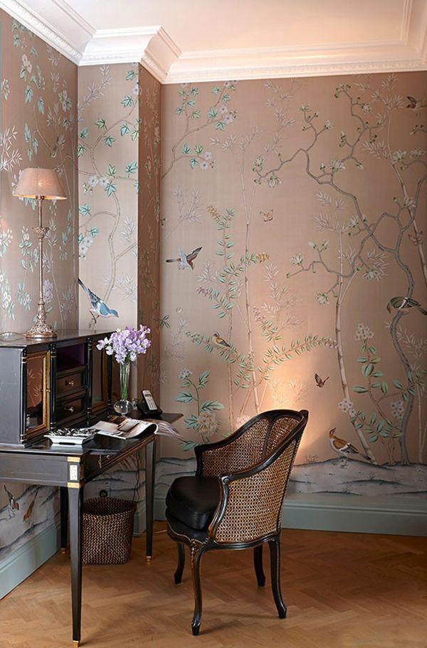 Continuando nossa série de ambientes com papel de parede chinoiserie, hoje fizemos uma seleção de home office com a arte nas paredes. Delicada, achinoiser