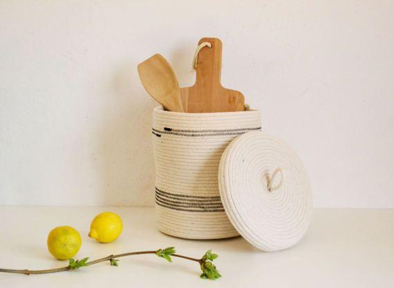 ^^ Meduim natuurlijke witte opslag mand met deksel, gemaakt van katoen touw door Zig zag steek manier.  Deze mand is ^^ perfect voor: -opslag uw tijdschriften -opslag uw handdoeken -zeep en shampoo in de badkamer -opslag van groenten en fruit -pot plant -vele anderen  ^^ Afmetingen;  Doorsnede - 20 cm (7.8 inch) Hoogte - 25 cm (9.8 inch) ^^ Shipping: 8-10 werkdagen levertijd, luchtpost met een tracking-nummer uit Bulgarije ^^ Care: ter plaatse schoon met water en zeep of handwas zachtjes…