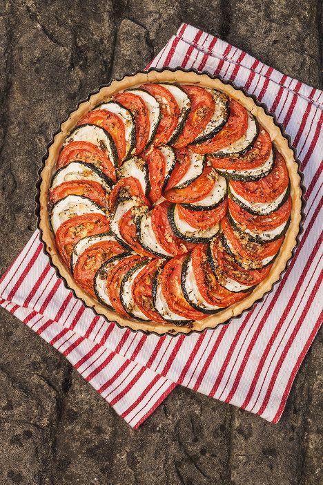 Česnekový koláč s cuketami, rajčaty a sýrem