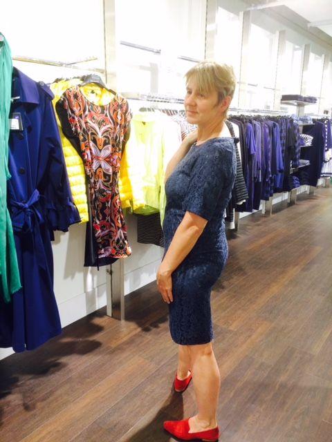 Diep Blauw Kanten jurkje gecombineerd met warm rode platte schoenen.
