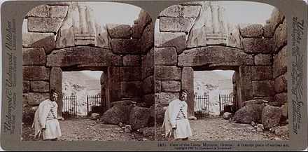 Lion Gate – Stereoscopic image of the gate from 1897. Lion Gate – The confronting lionesses posing on both sides of a pillar above the lintel. Underwood & Underwood (Details of artist on Google Art Project)
