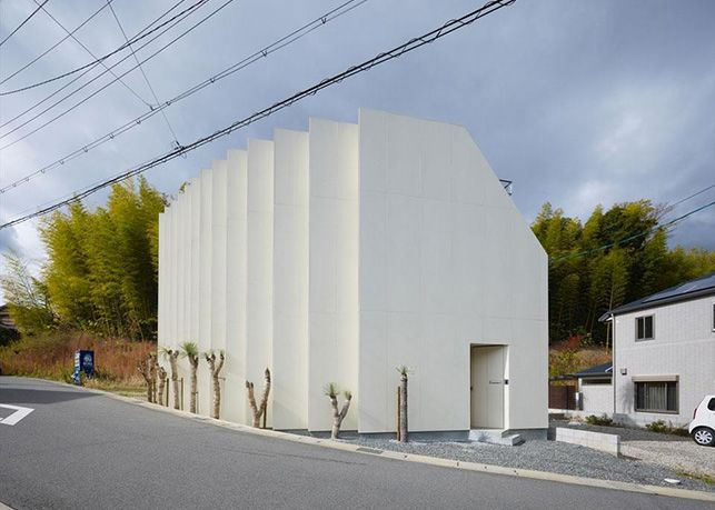 House in Muko by FujiwaraMuro Architects (Kyoto Prefecture, Japan) was built on a particular, trangular site.