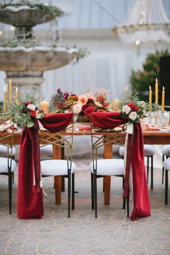 chaises de maries drapes rouge et fleurs