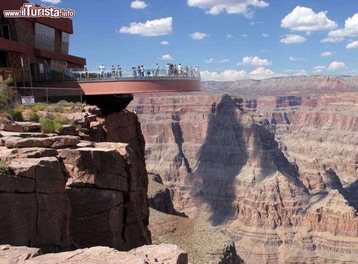 Skywalk Grand Canyon Colorado -Tra i luoghi più impressionanti in cui un una voragine da 2.000 m di profondità si apre al di sotto di voi c'è sicuramente il Grand Canyon del fiume Colorado, considerati da molto la spaccatura della crosta terrestre più spettacolare del pianeta