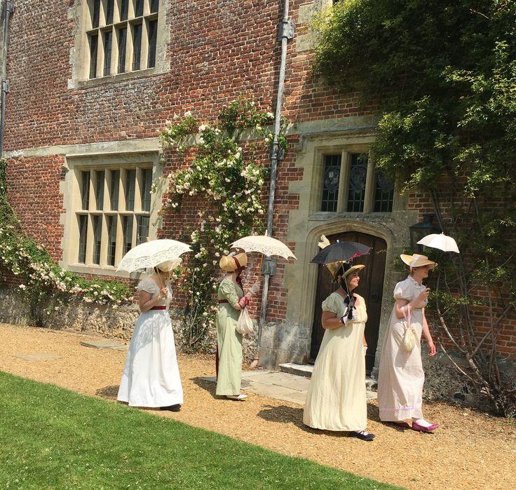 Hampshire er frodig og smuk som Toscana. Her er bløde grønne bakker og majestætiske store træer, som hvis de kunne tale, også kunne fortælle om den tid, englænderne fejrer i Hampshire i år. Det er 200 år siden, den populære romantiske forfatter Jane Austen døde, og derfor rejser Søndag med VisitBritain tilbage til en tid, hvor en gentleman havde bukser til knæene, damer var iført kjoler med korte liv og et håndtryk var vovet.