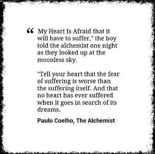 """"""" - O meu coração tem medo de sofrer – disse o rapaz para o Alquimista, uma noite em que olhavam o céu sem lua. - Diz-lhe que o medo de sofrer é pior do que o próprio sofrimento. E que nenhum coração jamais sofreu quando foi em busca dos seus sonhos, porque cada momento de busca é um momento de encontro com Deus e com a Eternidade."""""""