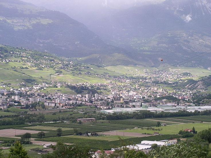 Sierre est une ville du canton du Valais. Réputée pour être la ville la plus ensoleillée de Suisse. http://fr.wikipedia.org Située dans la vallée du Rhône à 15 km en amont de Sion, elle est la troisième plus grande ville du canton3. Réputée pour être la ville la plus ensoleillée de Suisse