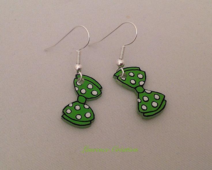 Boucles d'oreille en plastique fou vertes et blanches. : Boucles d'oreille par laurence-creation