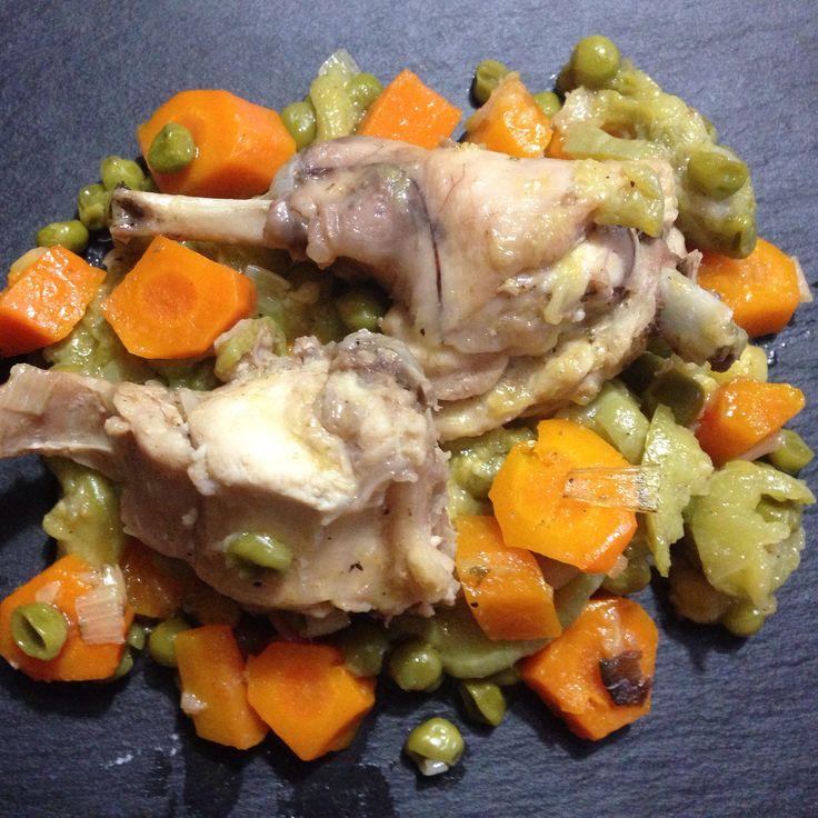 Coniglio con verdure: rosolare coniglio, aggiungere porri tritati, carote, zucchine e piselli, sfumare con il vino e bagnare con brodo di verdure o di pollo
