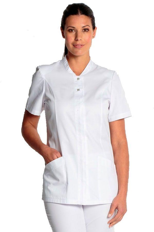 Si buscas diseño en tu uniforme, te proponemos dicho prenda. Dispone de unos cierres cuadrados en la parte superior y unos ocultos en la parte delantera. Es blanco y manga corta y dispone de dos ámplios bolsillos. Prenda entallada y con cortes en los laterales para dar mayor comodidad. Su cuello es tipo mao. #casaca #sanidad #bluson #sanitario #masuniformes #farmacia #clinica #médico