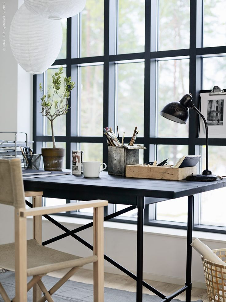 Här fungerar bordet KARPALUND/RYGGESTAD som arbetsplats. Med sin rufft industriella karaktär utgör det en snygg kontrast till serien BJÖRKSNÄS naturliga detaljer. BJÖRKSNÄS regissörstol och vitrinskåp och på golvet ligger pläden BRÄNNÄSSLA som en mjuk matta.