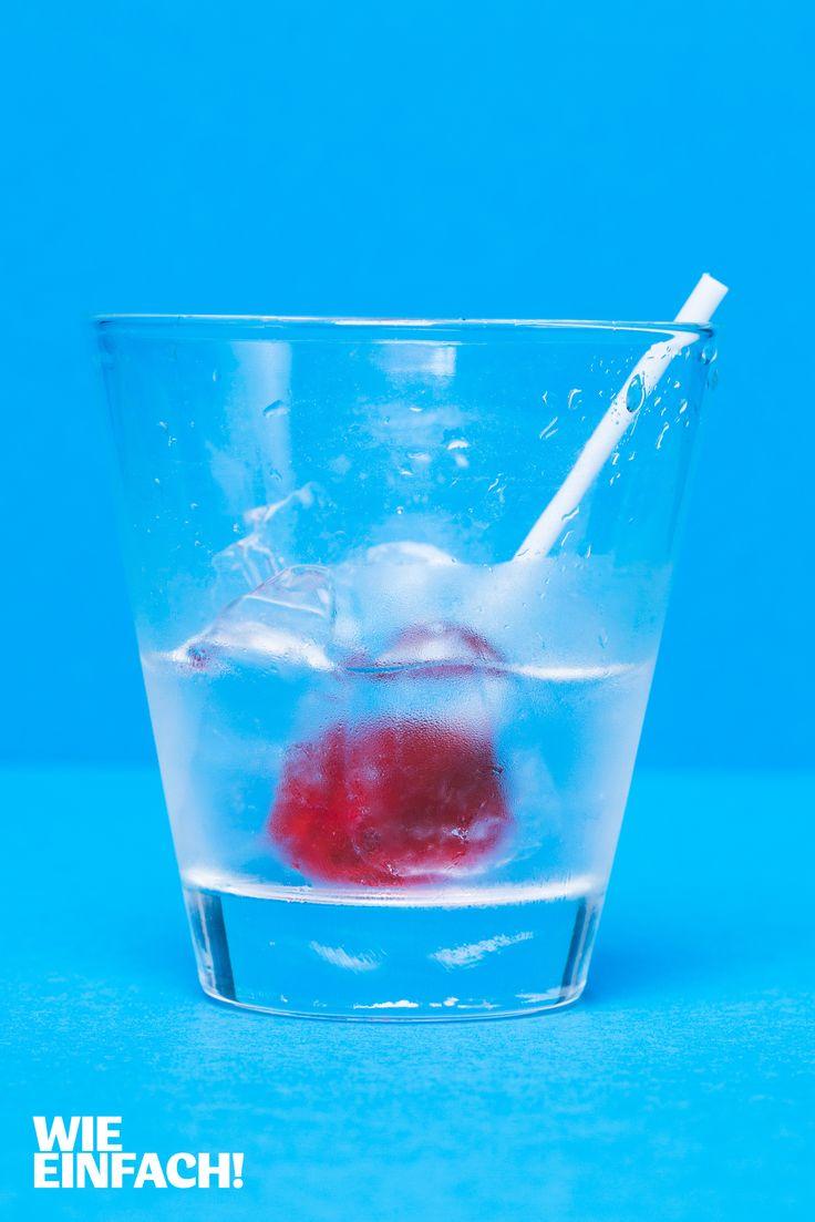 Farbige Lollies eignen sich hervorragend als Cocktailrührer. Die Geschmacksrichtung sollte natürlich zum Drink passen, wie ein Kirschlolly in einer Fruchbowle oder ein Zitronenlolly im Wodka-Tonic. Foto: Torsten Kollmer