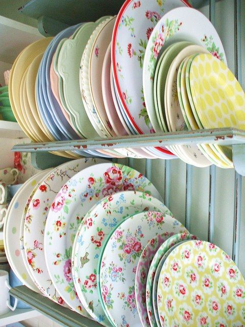 Mix and match chintz plates! What a neat idea for an intersting shabby chic & 64 best Mix and Match dishes images on Pinterest | Mismatched china ...