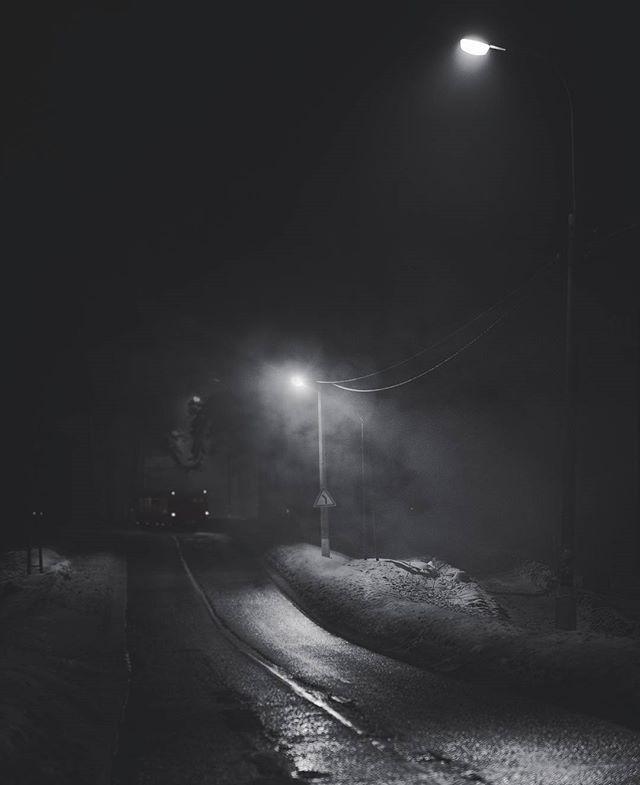 Тот случай, когда в голове прокручиваются сюжеты фильмов ужасов... Не стоит опаздывать на последний автобус))) @AppLetstag #bus #москва #дорога #moscow #russia #домой #россия #road #trip #travel #mist #fog #forest #foggy #misty #nikon #nikontop #nature #nikonphotography #camera #d800 #photograph #night #nikon_photography #streetphotography #vsco #photooftheday