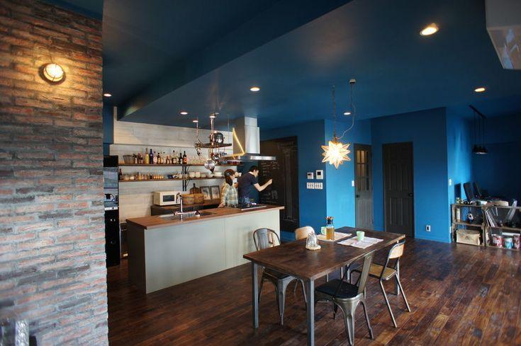 azur mur-中央区T邸 by 空間社まるで料理番組から飛び出したようなオシャレなダイニングキッチン。アイランド型のキッチン背面にはオープン棚、ハンギングポットラックを設置しています。お気に入りの器や可愛いラベルの調味料を並べて、賑やかで明るいカフェ風に。