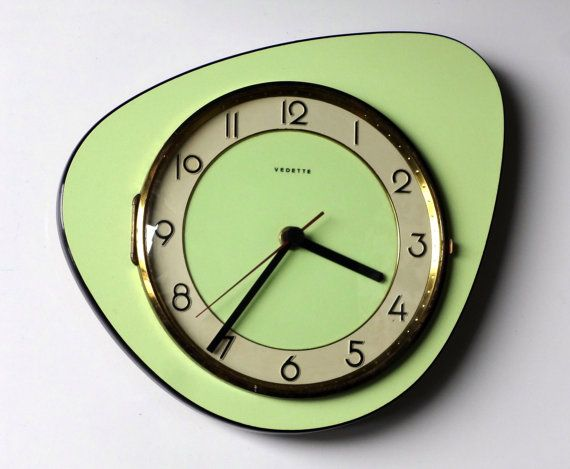 Oooh! Love this shape and colour! Quintessential 1950s Atomic Age French Vedette wall clock