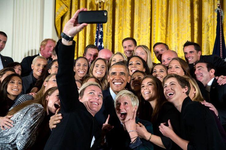 So sehen Weltmeisterinnen aus: Barack Obama posiert für ein Gruppen-Selfie mit den Fußball-Nationalspielerinnnen der USA, die 2015 die WM gewannen.