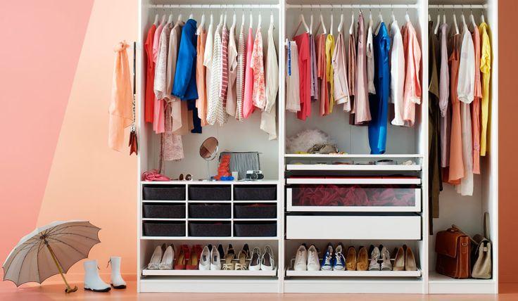 Garde-robe blanche avec paniers en feutre, étagères à chaussures, tiroirs et supports coulissants