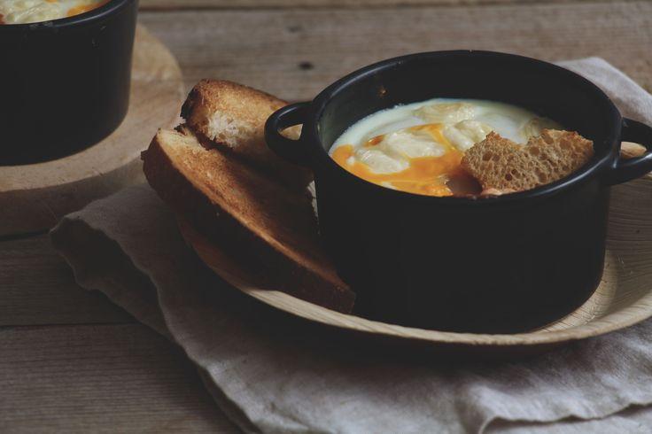 Dit is een klassiek Italiaans ontbijt of brunch gerechtje, gemaakt van o.a. eieren, tomatensaus en brood. Oorspronkelijk werden restjes gebruikt om de ramekins te vullen, maar tegenwoordig is dit warme gerecht een klassieker.