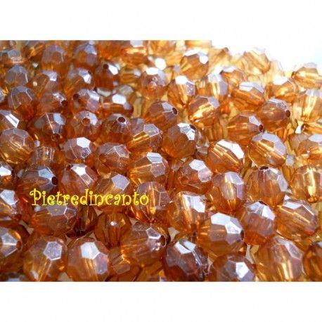 'Lotto di 10 grammi di cristalli in plastica tondi sfaccettati colore marrone.Le perline possono differenziarsi per leggere sfumature.Sulle perline visibile il punto rimasto dopo la fusione.Le spese di spedizione sono calcolate sul peso totale dell''ordine.'