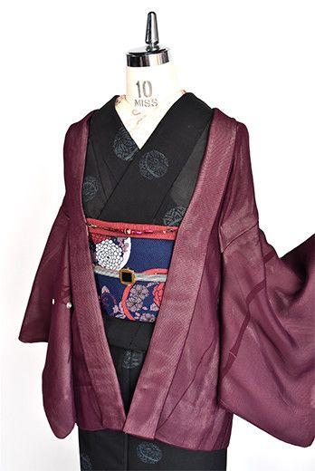 笹の縞が染め出された薄鼠紅の縮緬地に、紅紫色の紗地を重ね、銀駒刺繍の水玉模様があしらわれた紗袷の意匠がしみじみと美しい薄羽織です。