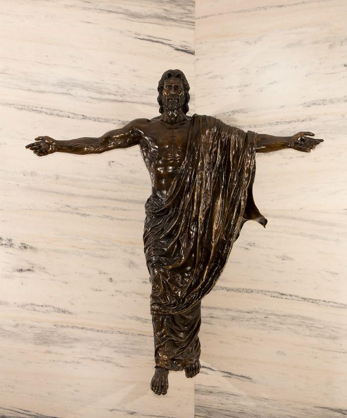 """""""CRISTO RESUCITADO"""" escultura de Walter Peter Brenner  Figura humana de 2.15m de altura a 0.8m del nivel del suelo, flotante , fundida en bronce a la cera perdida. Inaugurado en la Capilla del Colegio Agustiniano del Condado Naranjo en Abril de 2014"""